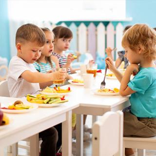 przedszkolaki na stołówce