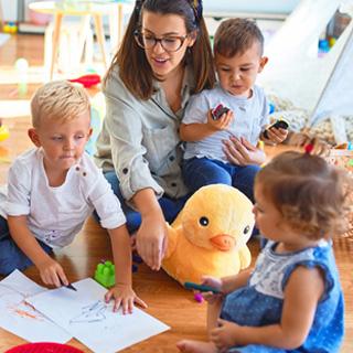 dzieci i nauczyciel